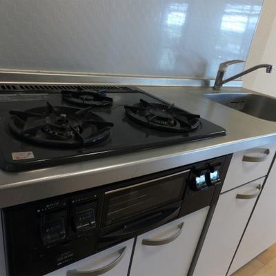 キッチンは3口のガスコンロで便利