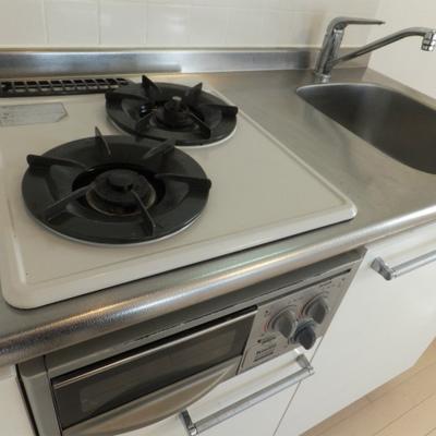 キッチンは2口ガスコンロ。料理もばっちりできますね。