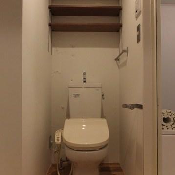 トイレはお風呂の横に。作りつけの棚が付いています。