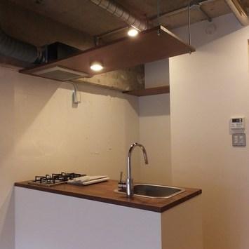 キッチンスペース。上にものを置けるようになっています。