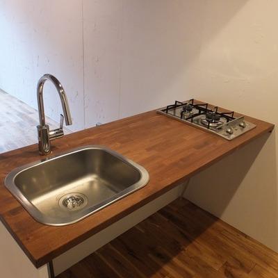 キッチンは対面式。下に自分で収納をおきたいですね!