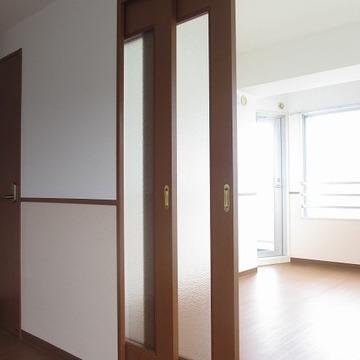 リビングと洋室の間には仕切り戸があります。