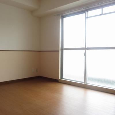 5.8帖の洋室にもベランダが付いています。