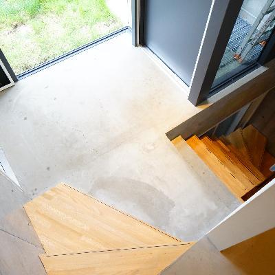 玄関から、ちょっと上がってダイニングと、地下への階段に。