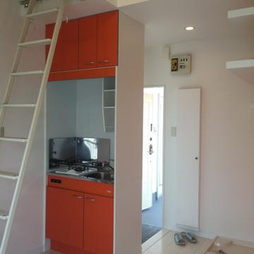玄関はキッチンの裏側。※写真は前回募集時のものです