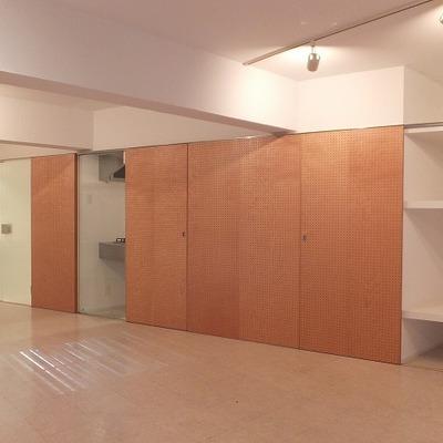 キッチンや収納はスライドドアで隠しましょう。