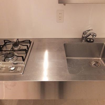 2口コンロのキッチンは作業スペースも若干あり。
