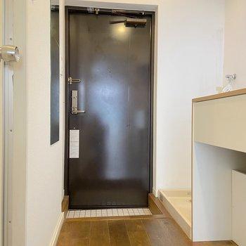 玄関はTOMOSお馴染みの白タイルです。