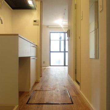 玄関から。居室のドアがないので玄関に居ても光が届きます。
