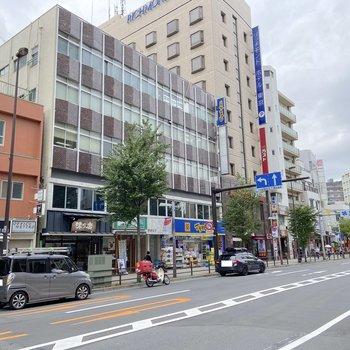 駅前にはドラッグストアや飲食店。
