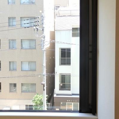 この右 3cm程開いているところが窓です・・・ ※写真は別室