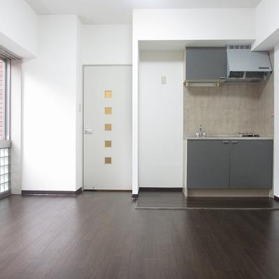 12帖のお部屋の床色はダークトーンでオトナっぽい