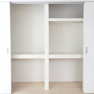 このドア部分も収納スペース。スライドします。※写真は別部屋