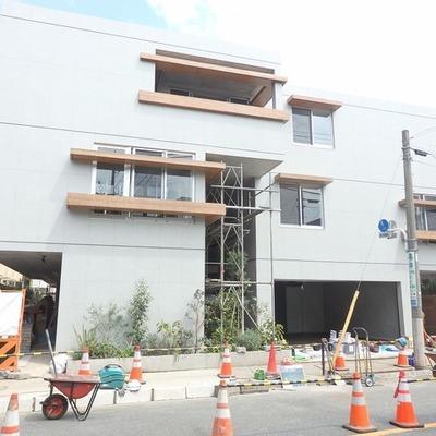【建築中】コンクリートと木のコントラスト。新築ならではの外観。