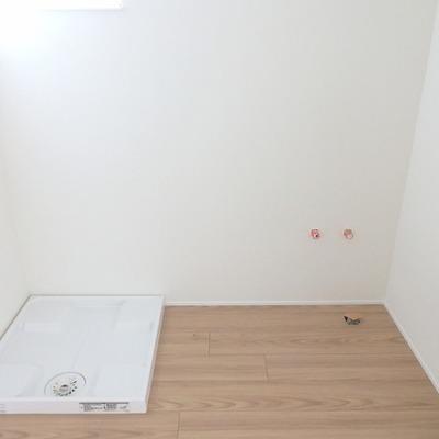 【こちらはお隣 202号室】 洗面台はまだ付いていない状態