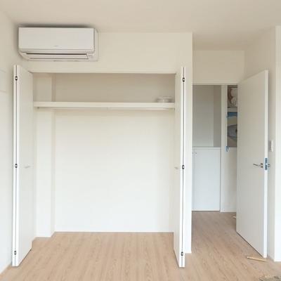 【こちらはお隣 202号室】洋室の収納は扉を開けるタイプのようです