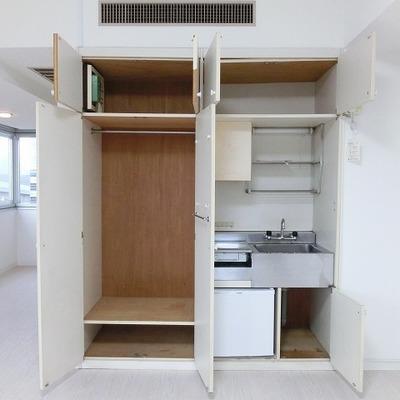 キッチン周りに集約されている収納