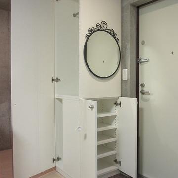 玄関にも丸鏡。身だしなみはこちらで。