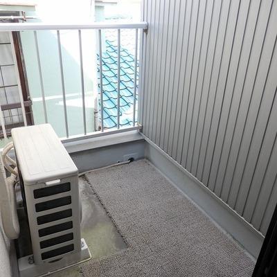 お部屋とお部屋に挟まれたバルコニー※写真は前回募集時のものです。