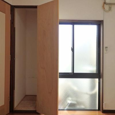 1階洋室には細長い収納※写真は前回募集時のものです。