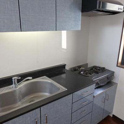 キッチンは淡いブルーです※写真は前回募集時のものです。