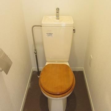トイレは木製便座に