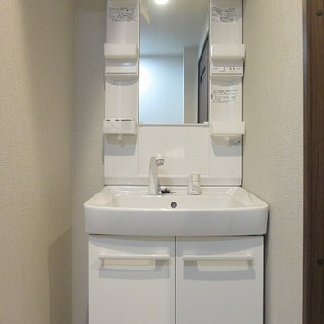 独立洗面台はピカピカ!収納もたっぷり。