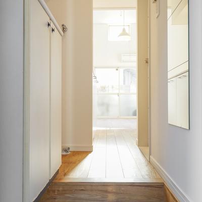 玄関は白タイルがかわいいですね♪