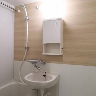 浴室乾燥つき、木製シートでお化粧します