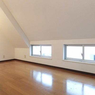 窓に囲まれて明るいお部屋です