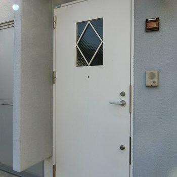 白く爽やかな玄関扉