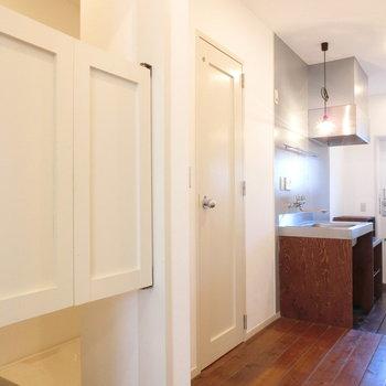 玄関とキッチン。水回りの配置。※前回募集時の写真