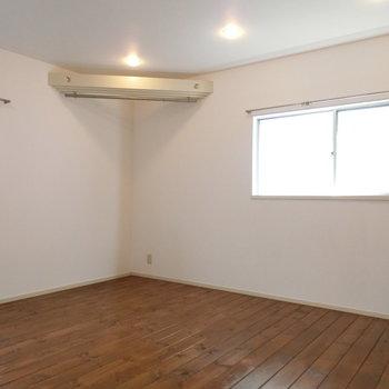 2面採光の明るいお部屋。モダンな雰囲気※前回募集時の写真
