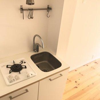 キッチンはコンパクトに。料理をあまりしない方なら気にならないかな。※写真は通電前のものです。