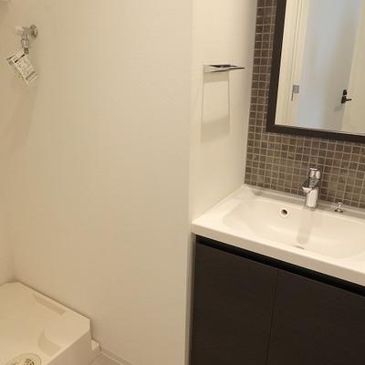 独立洗面台にはタイルのワンポイントが※写真は同間取り別部屋