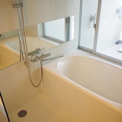 お風呂には小窓がついています。