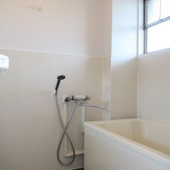 浴槽にも窓があって換気も完璧◎※写真は前回募集時のものです