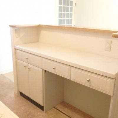 キッチン後ろにはキュートな棚が