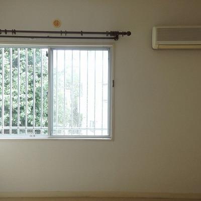 洋室もカーペット。しっかり窓もあります。
