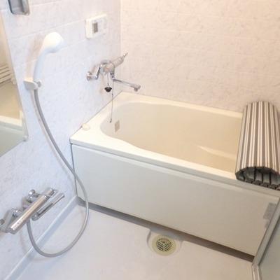 お風呂の壁のタイルもほんのりピンク