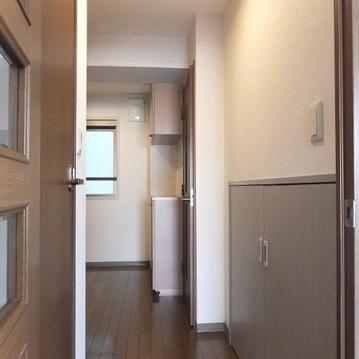 廊下に階段下収納のようなスペースが。掃除機などいれるのにいいですね!