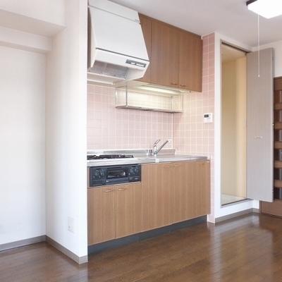 キッチン隣に洗濯機と冷蔵庫置き場があります。