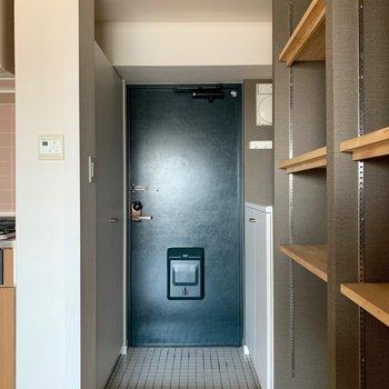 白タイルの玄関が可愛い♪※写真は通電前のものです