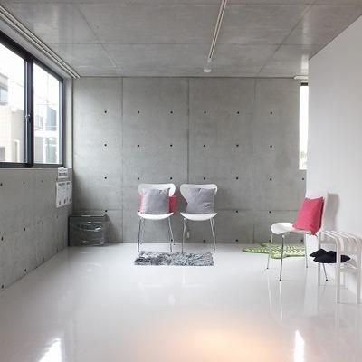 白のフロアタイルとコンクリートでカッコイイ。