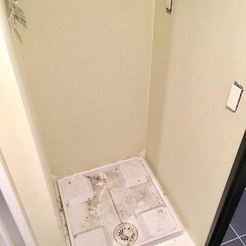 洗濯機置き場もこちらのスペースにあります。※写真はクリーニング前のものです