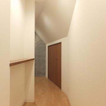 廊下部分。天井が斜めになっていて変わった空間。