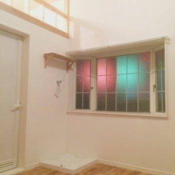 出窓のところに洗濯機置き場が※写真は前回募集時のもの