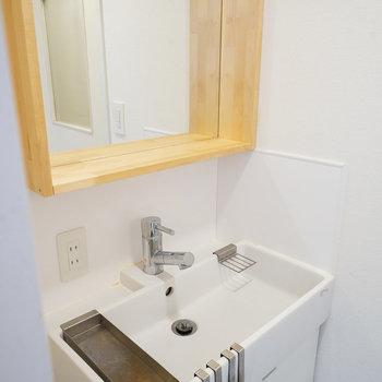木枠の鏡が可愛らしい!※写真は前回募集時のものになります。