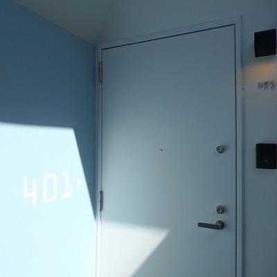 共用部、4階はパステルブルーの壁