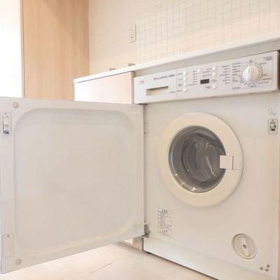キッチン下に、ドラム式洗濯機付き。